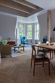Essbereich und Lounge mit Erker in offenem Wohnraum
