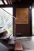 Rustikale Stahltreppe mit Stufen aus Altholz im Industriestil