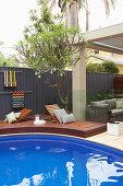 Eingelassene Liegen in der Terrasse um den Pool im Garten