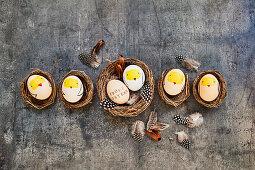 Ostereier mit Kükenmotiv in Körbchen