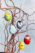 Ostereier mit Vogelmotiv an Ästen