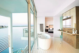 Luxuriöses Badezimmer im Architektenhaus am Meer