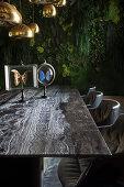 Luxuriöses Esszimmer mit begrünten Wänden