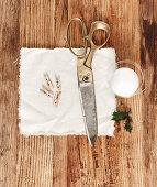 Utensilie für DIY-Weihnachtskugel mit Stoff
