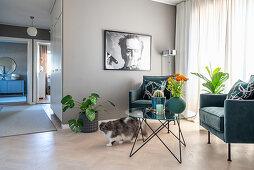 Katze am Sitzplatz mit Samtsesseln im Art Deco Stil