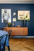 Blick auf Retro Sideboard im Wohnraum mit blauer Wand