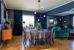 Essbereich in offenem Wohnraum mit blauen Wänden