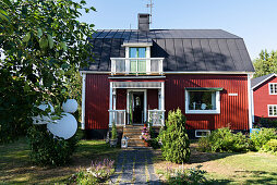 Falu-red Swedish house with summery front garden