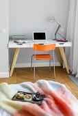 Tablett mit Frühstück auf dem Bett und Schreibtisch im Schlafzimmer