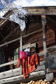 Kranz, Kissen, Decke und Nikolausstiefel folkloristisch dekoriert mit Filzmotiven