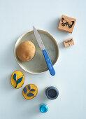 Selbstgemachte Stempel aus Kartoffeln mit Blattmotiv