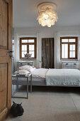 Blick ins schlichte Schlafzimmer mit Bett in der Mitte