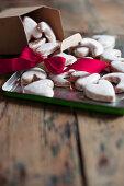Plätzchen in Herz-Form mit Zuckerguss