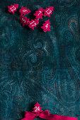 Nummerierte Filzbäumchen auf dunklem Paisleymuster