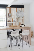 Kitchen island with extended worktop and bar stools