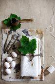Weißer Stoff mit Weinblättern, weiße Eier, Vintage Gabel und Mokkakännchen