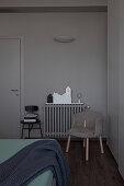 Polsterstuhl vor Heizkörper im Schlafzimmer