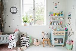 Üppig dekoriertes Kinderzimmer in Pastelltönen im Vintage-Style