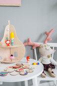 Etagere in Birnenform auf dem Kindertisch mit Stofftier
