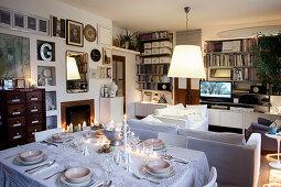 Weihnachtlich gedeckter Esstisch im Wohnzimmer mit Kamin