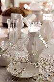 Weihnachtliche Tischdeko in Weiß mit Spitzendecke und Teelichthaltern