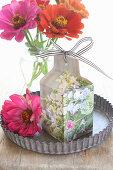 Selbstgebastelte Tüte aus Illustrierten für Blumensamen