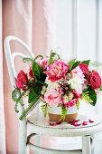 Rosa-weißes Blumenbouquet mit Rosen, Pfingstrosen und Farnblättern