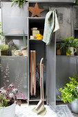 Balkon-Schrank aus Metall als Stauraumlösung