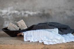Handtücher und Schale mit Seifen