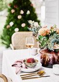 Blumenstrauß auf gedecktem Tisch in Nude-Tönen
