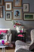 Pinke Farbakzente im klassischen Wohnzimmer in Grautönen