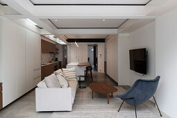 Offener Wohnraum mit Einbauküche, Wohnzimmer und Dachfenstern