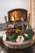 Adventskranz mit nummerierten Plätzchen und Kerzen aus Holz