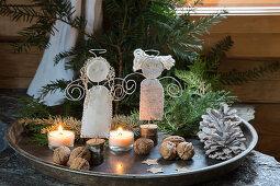 Selbstgebastelte Engel aus Draht und Filz im Tablett mit Naturdeko