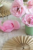 Rosen und Rosetten aus hellbraunem Papier als romantische Deko