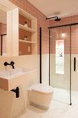 Ebenerdige Dusche im kleinen Bad mit zweifarbigen Wänden