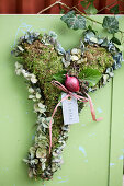 Heart of moss and hydrangea blossoms with ivy leaves and onion