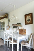Alte Stühle am weißen Holztisch im Esszimmer im Shabby Chic