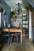 Verschiedene Stühle am Holztisch im Esszimmer im Vintage-Stil