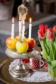Äpfel als Kerzenhalter auf Silber Etagere