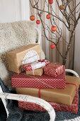 Verpackte Weihnachtsgeschenke auf Stuhl