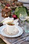 Brokkolisuppe und Knäckebrot mit Rührei