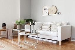 Weißer Couch mit Kissen, Couchtische mit Kerzen und mit Lavendel