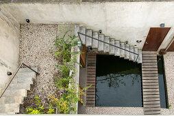Treppenaufgang und Wasserbecken im Innenhof