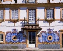 Geschmückte Fassade am Sitz der Kellerei Jose-Maria da Fonseca, Azeitao in Portugal