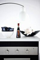 Eine Flasche Aceto Balsamico in der Küche
