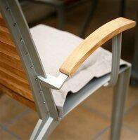 Moderner Gartenstuhl aus Metall mit Sitz und Lehnen aus Holz