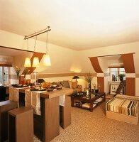 Offener Wohn/Essraum mit farblich betonten Dachgauben-Nischen