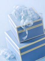 Zwei blaue Geschenkschachteln mit Bändern