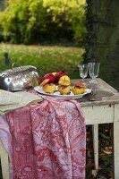 Bratäpfel auf einem Teller im Freien